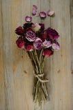 Букет высушенных роз на деревянном Стоковые Фотографии RF