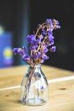 Букет высушенных цветков в вазе на таблице Стоковое Изображение