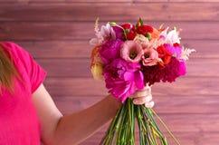 Букет в руках девушки в красном цвете Стоковое Изображение