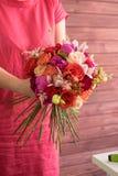 Букет в руках девушки в красном цвете Стоковое Фото