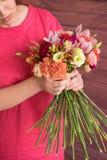 Букет в руках девушки в красном цвете Стоковая Фотография