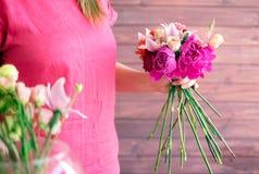 Букет в руках девушки в красном цвете Стоковые Фотографии RF