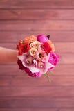 Букет в руках девушки в красном цвете Стоковое фото RF