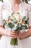 букет в руках невесты, Давид Остин свадьбы стоковая фотография