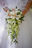 Букет в руках орхидей невесты, смертная казнь через повешение свадьбы формы флористическо стоковое фото