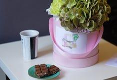 Букет гортензий, кофе и шоколада Стоковые Фото