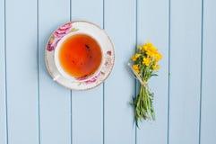 Букет лета зацветая и чашка черного чая Стоковые Фото
