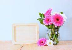 Букет лета цветков на деревянном столе и деревянной доске с комнатой для текста с предпосылкой мяты изображение фильтрованное год стоковое изображение rf