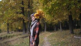 Букет желтых листьев Девушка осени идя в парк города Портрет счастливой симпатичной и красивой молодой женщины внутри видеоматериал