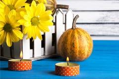 Букет желтых маргариток и тыквы Стоковое Фото