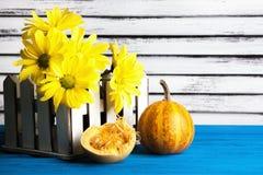 Букет желтых маргариток и тыквы Стоковая Фотография RF