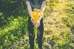 Букет желтых цветков в руках Стоковые Изображения