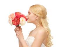 Букет женщины пахнуть цветков Стоковые Фотографии RF
