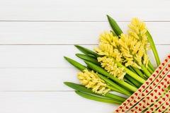 Букет желтых гиацинтов на белой деревянной предпосылке Взгляд сверху Стоковые Изображения