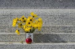 Букет желтых завода солнцецвета цветка или helianthoides Heliopsis и яблоко на stupa Софии Стоковая Фотография