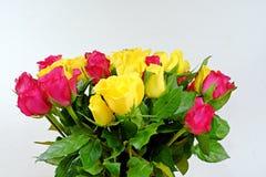 Букет желтых и розовых роз на белой предпосылке Стоковое фото RF