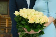 Букет желтых роз в руках пар Стоковые Фото