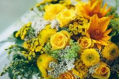 Букет желтых роз на поверхности окна Объявление влюбленности, Стоковая Фотография RF