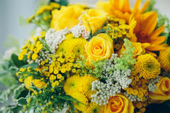 Букет желтых роз на поверхности окна Объявление влюбленности, Стоковые Фотографии RF