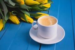 Букет желтых тюльпанов и кофе чашки Стоковые Изображения