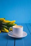 Букет желтых тюльпанов и кофе чашки Стоковое Фото