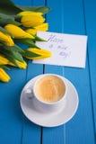 Букет желтых тюльпанов и кофе чашки Стоковая Фотография