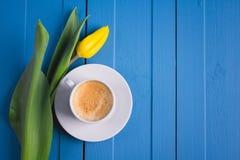 Букет желтых тюльпанов и кофе чашки Стоковое Изображение