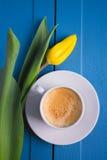 Букет желтых тюльпанов и кофе чашки Стоковые Фото