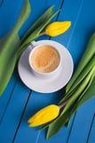 Букет желтых тюльпанов и кофе чашки Стоковое фото RF