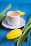 Букет желтых тюльпанов и кофе чашки Стоковая Фотография RF
