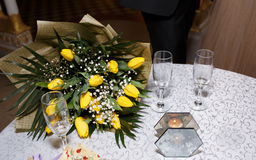 Букет желтых тюльпанов и стекел на таблице на ресторане Стоковое Изображение
