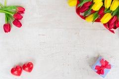 Букет желтых, фиолетовых и красных тюльпанов Стоковое Изображение