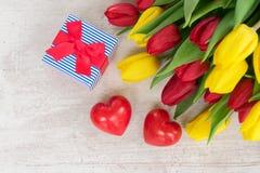 Букет желтых, фиолетовых и красных тюльпанов Стоковые Фотографии RF