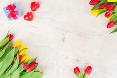 Букет желтых, фиолетовых и красных тюльпанов Стоковые Фото