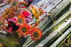 Букет искусственных цветков на могиле стоковое фото