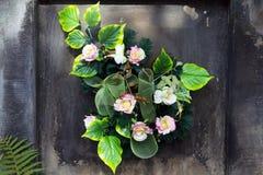 Букет искусственных цветков на могиле стоковые изображения