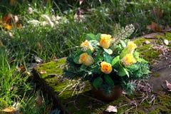 Букет искусственных цветков на могиле стоковое изображение rf