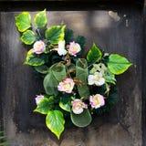 Букет искусственных цветков на могиле стоковые фото