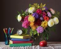 Букет и книга задняя школа к 1 церемония цветет зрачки сентябрь Стоковая Фотография RF