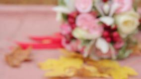 Букет и кольца свадьбы в осени сток-видео