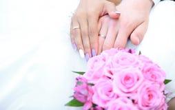 Букет и руки пожененной пары с обручальными кольцами Стоковые Фото