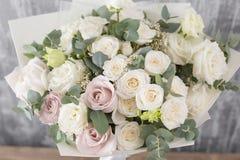 Букет конца-вверх красивый Цветки весны на серой предпосылке smellcomp магазина иллюстрации цветка таблица деревянная Стоковое Изображение