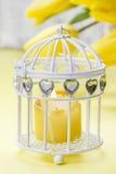 Букет красивых желтых тюльпанов и свечи Стоковые Изображения
