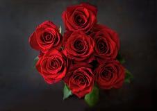 Букет красивых красных роз на черной предпосылке Стоковые Фотографии RF