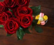 Букет красивых красных роз на черной предпосылке Стоковые Изображения RF