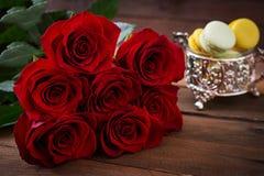 Букет красивых красных роз на черной предпосылке Стоковое Изображение