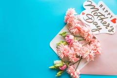 Букет красивых хризантем изолированных на голубой предпосылке Поздравительная открытка флористического букета хризантем для матер Стоковые Изображения