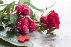 Букет красной розы с красным плюшевым медвежонком Стоковые Изображения