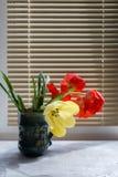 Букет красных и желтых тюльпанов весны против деревенской деревянной предпосылки, конца вверх по селективному фокусу Стоковое Изображение
