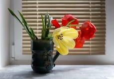 Букет красных и желтых тюльпанов весны против деревенской деревянной предпосылки, конца вверх по селективному фокусу Стоковые Фотографии RF